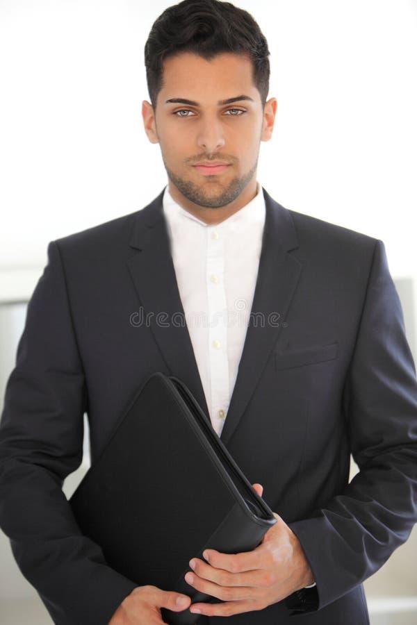 Ernster junger Geschäftsmann mit einem Ordner stockbilder