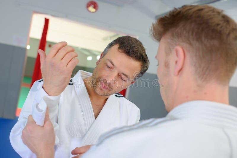 Ernster Karatespieler, der fertig wird zu kämpfen lizenzfreies stockbild