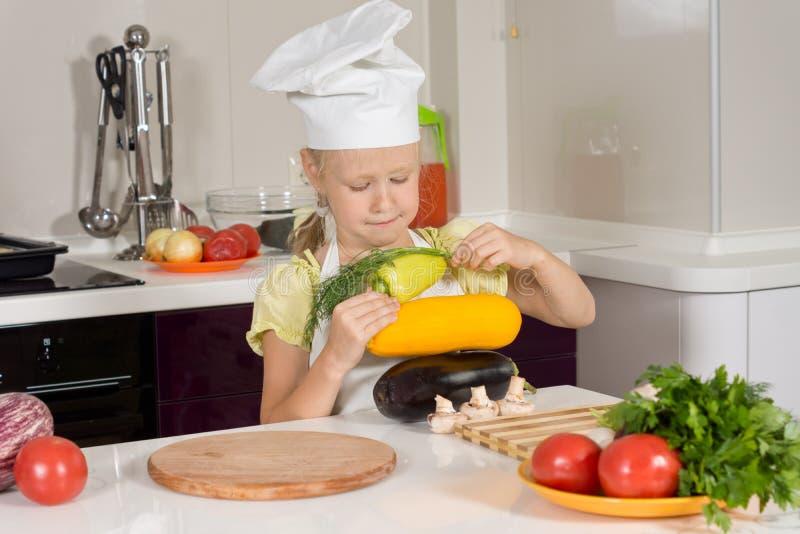 Ernster Kinderchef Piling Fresh Vegetable stockfotografie