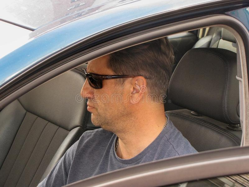Ernster Mann im Autofenster stockfoto