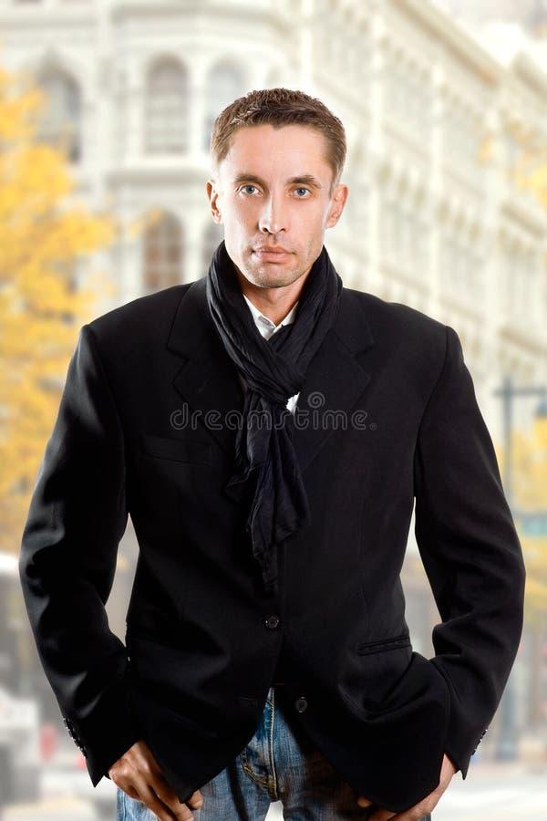 Ernster Mann im schwarzen Mantel lizenzfreie stockfotografie