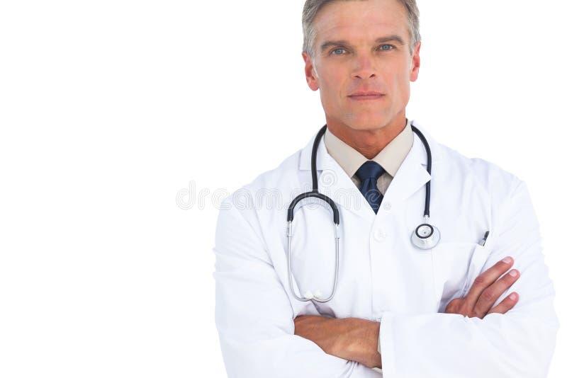 Ernster Manndoktor mit den Armen gekreuzt stockfoto