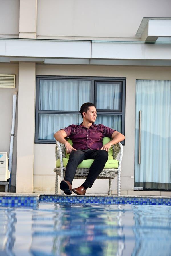 Ernster Minderheits-Mann an der Eigentumswohnung stockfotos