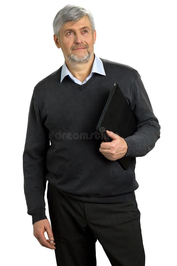 Ernster reifer Mann, der Ordner hält stockbilder