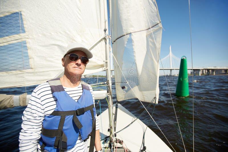 Ernster Seemann auf Yacht lizenzfreies stockbild