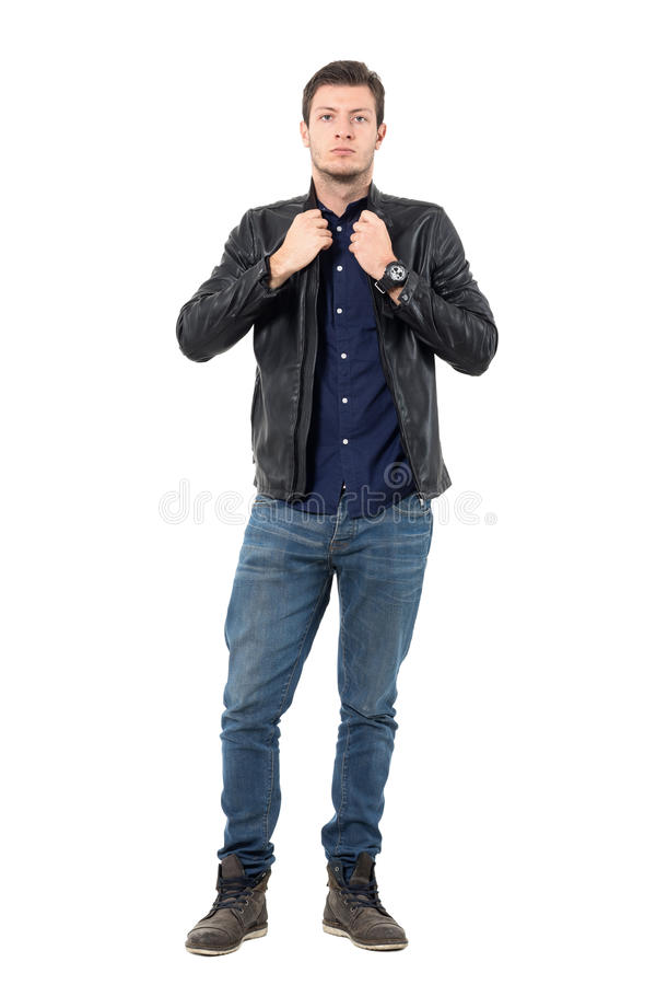 Ernster Stellring des jungen Mannes der ledernen schwarzen Jacke, die Kamera betrachtet lizenzfreies stockfoto