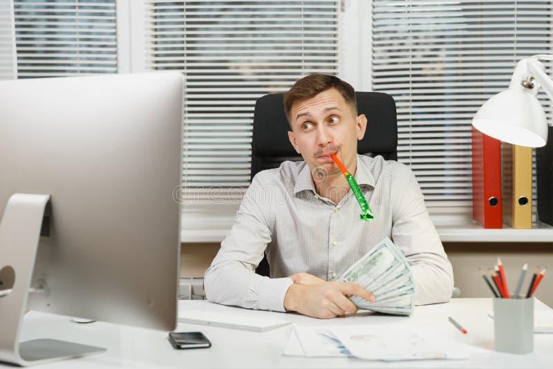 Ernster und verfasster (sentence Geschäftsmann im Hemd, das am Schreibtisch, arbeitend am Computer mit modernem Monitor sitzt Man lizenzfreie stockfotos