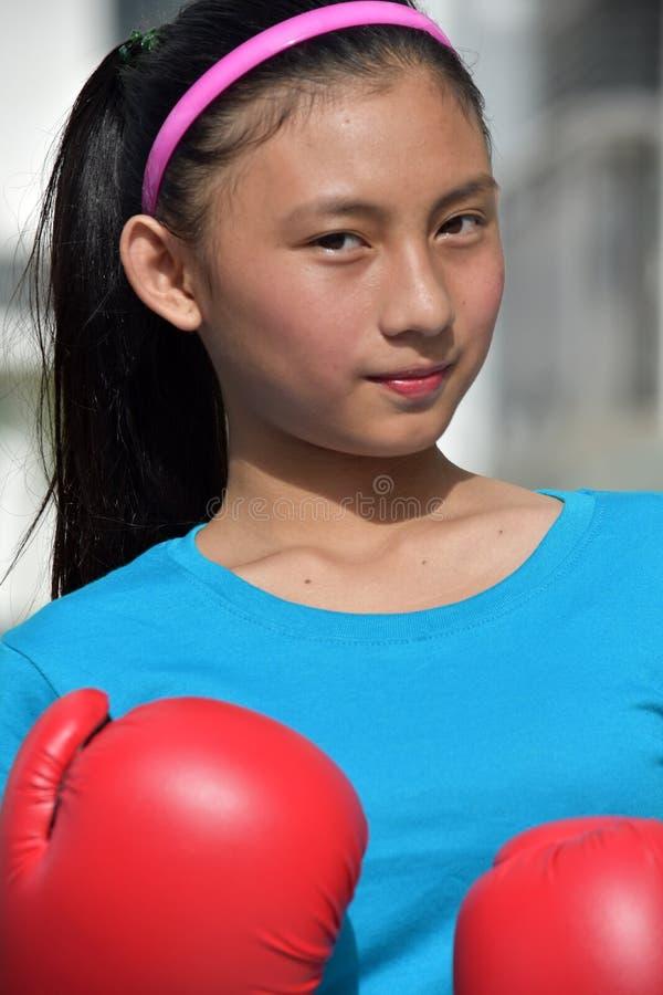 Ernster weiblicher Boxer-tragende Boxhandschuhe stockfotos