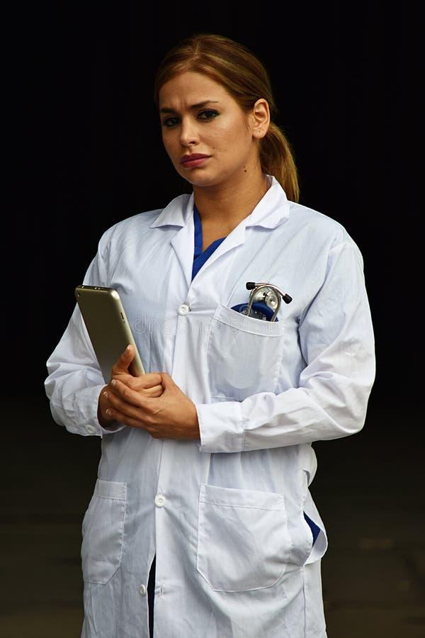 Ernster weiblicher Doktor stockfotos