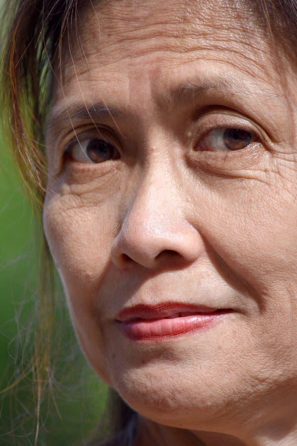 Ernster weiblicher Senior stockfoto