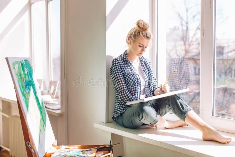 Ernstes fai-haariges M?dchen mit einem Bleistift in ihrer Haarmalereinatur, Landschaft stockfotografie