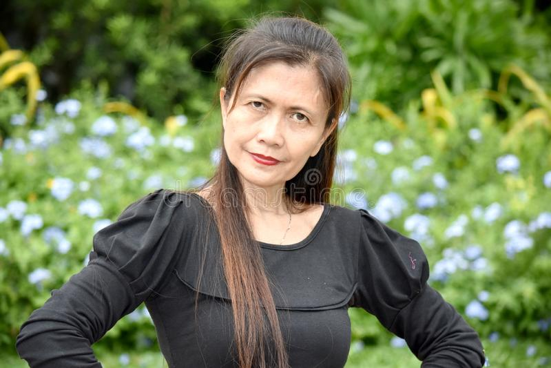 Ernstes Filipina Female Senior lizenzfreies stockbild