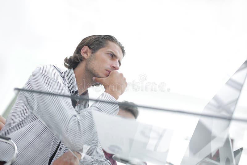 Ernstes Geschäftsmanndenken stockbilder