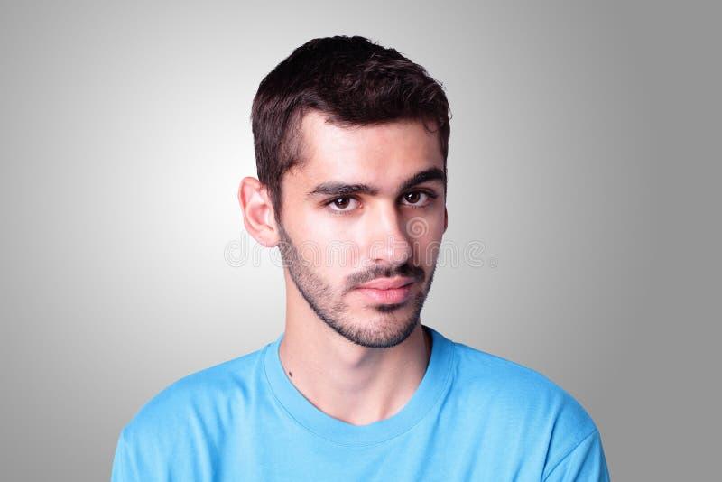 Ernstes Gesicht des jungen Jugendlichstudenten stockbild