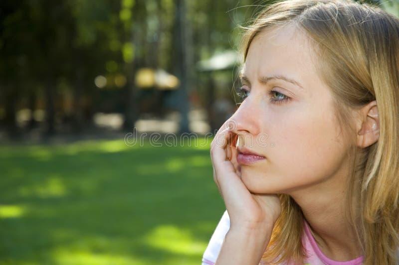 Ernstes hübsches Mädchen lizenzfreies stockfoto