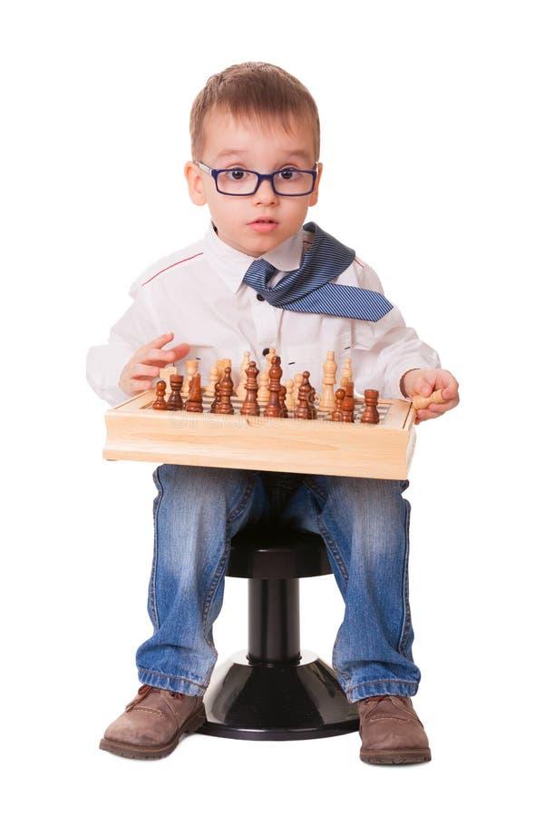 Ernstes Kind, das Schach spielt lizenzfreies stockfoto
