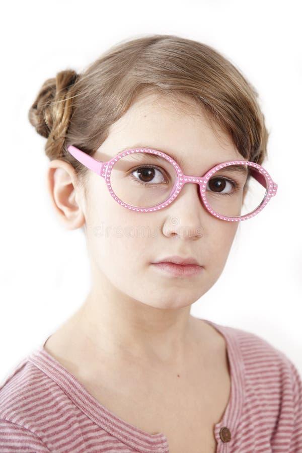 Ernstes kleines Mädchen im rosafarbenen T-Shirt stockbild
