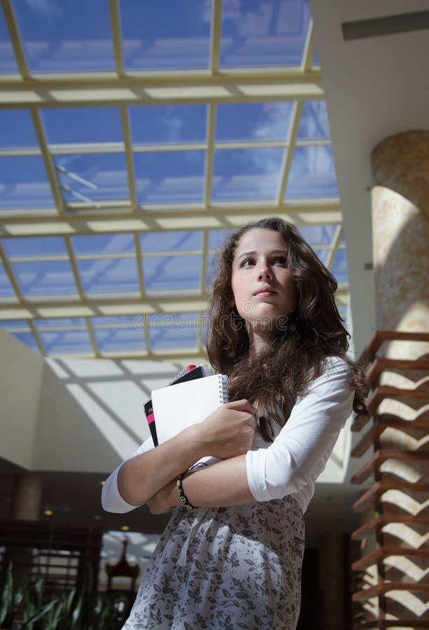 Ernstes Mädchen im Campus lizenzfreies stockfoto