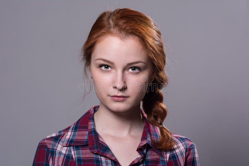 Ernstes Mädchen, welches die Kamera betrachtet lizenzfreie stockfotos