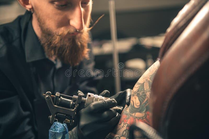 Ernstes männliches Handelnbild auf Arm lizenzfreie stockbilder