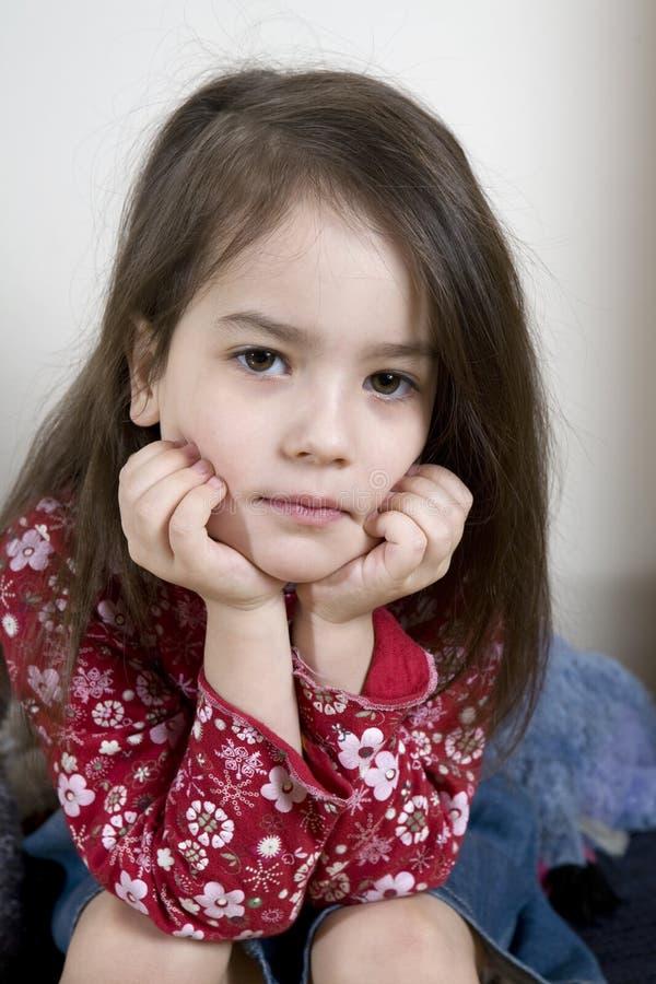 Ernstes nettes kleines Mädchen fünf Jahre alt lizenzfreie stockbilder