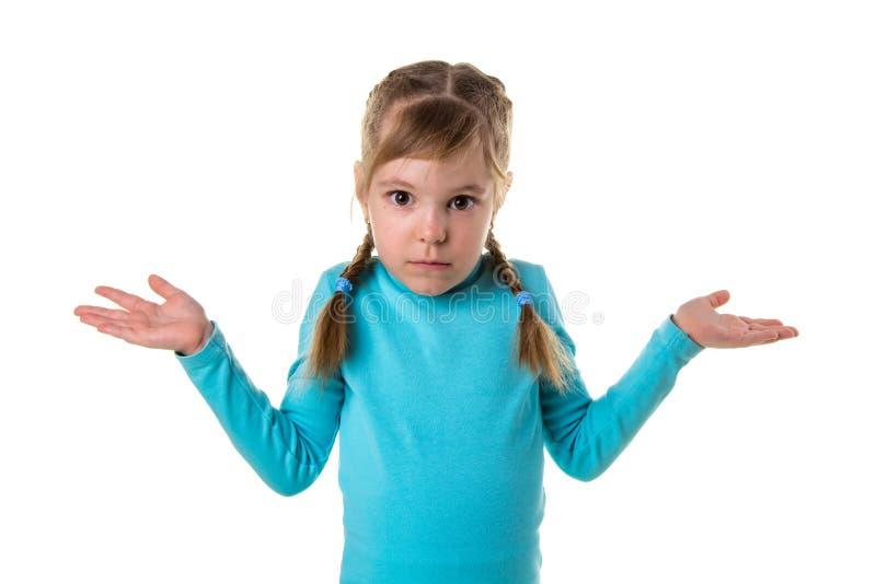Ernstes trauriges Mädchen in der Haltung mit den Händen beiseite oben verbreitet und den Palmen Haben Sie nichts, kennen Sie nich stockbilder