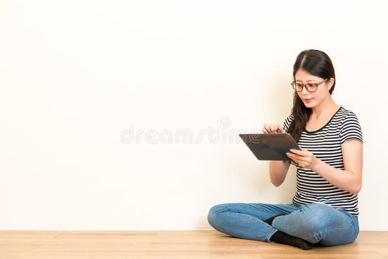 Ernsthaft junge Dame, welche die Auflage hält stockfoto
