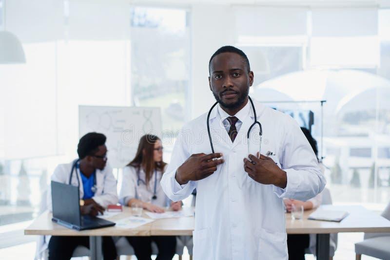 Ernstig Afrikaans Amerikaans artsenportret Portret van medische medewerker met stethoscoop Mannelijke arts met medisch royalty-vrije stock foto