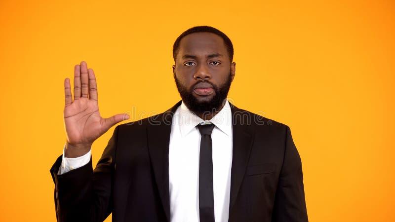Ernstig Afrikaans-Amerikaans mannetje die in kostuum een eed, presidentsverkiezingen zweren stock afbeeldingen
