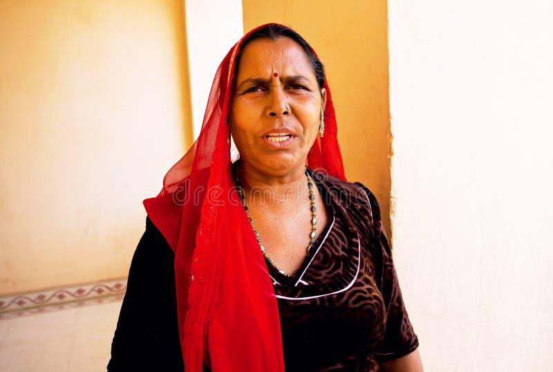 Ernstig bejaarde in Indische headscarf stock afbeeldingen