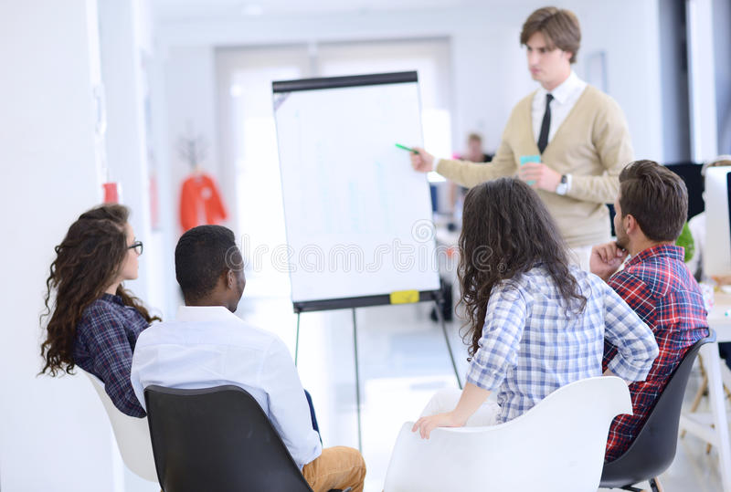 Ernstig commercieel team met tikraad die in bureau iets bespreken royalty-vrije stock foto