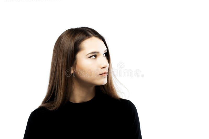 Ernstig donkerbruin meisje die op haar linkerzijde kijken stock fotografie
