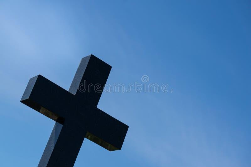 Ernstig kruis in de begraafplaats tegen de blauwe hemel Het concept dood, godsdienst, geloof Vrije ruimte voor tekst royalty-vrije stock fotografie