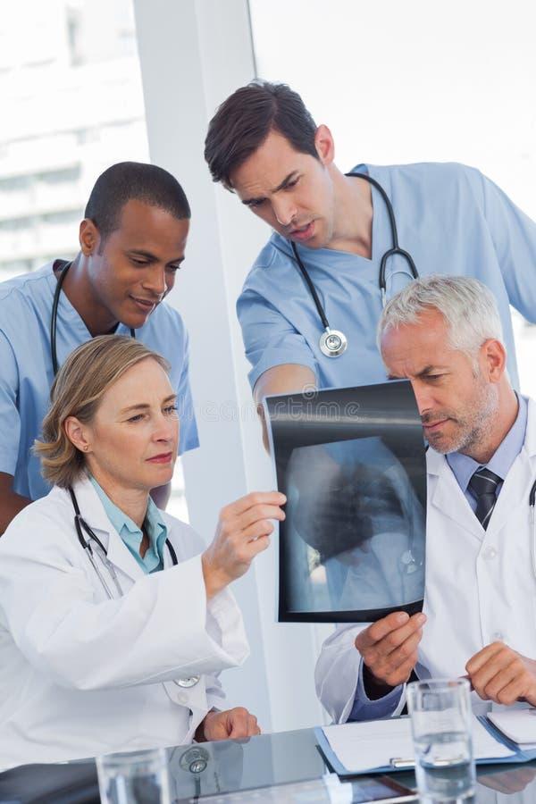 Ernstig medisch team die radiografie onderzoeken stock foto