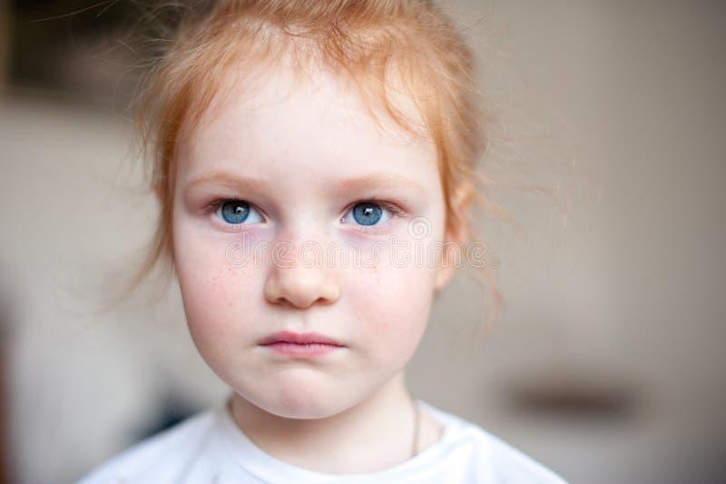 Ernstig meisje met mooie ogen royalty-vrije stock afbeelding