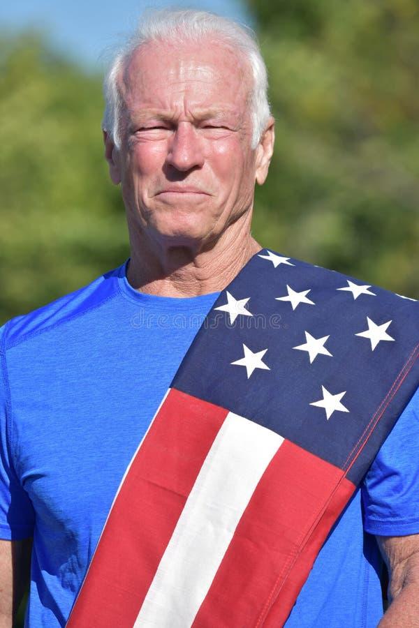 Ernstig Patriottisch Hoger Mannetje met de Vlag van de V.S. royalty-vrije stock fotografie