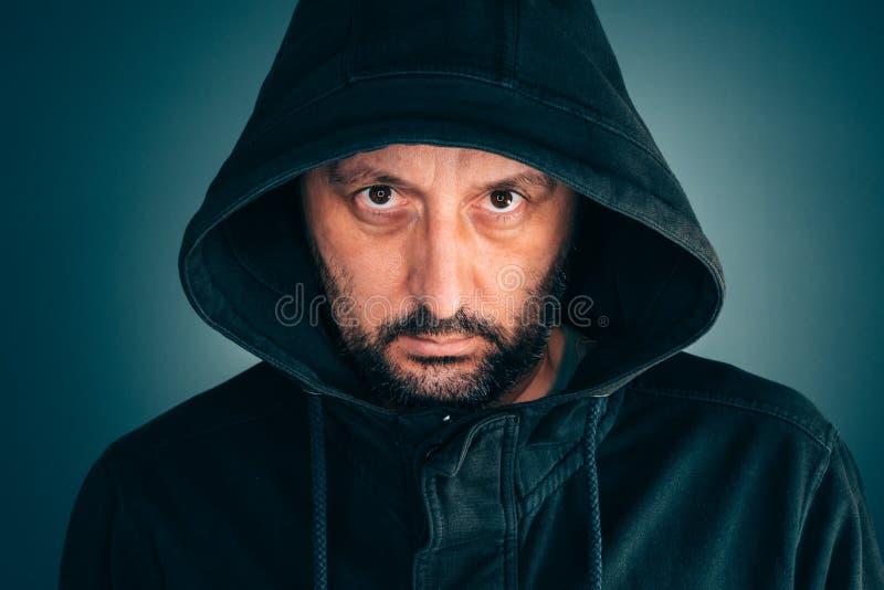 Ernstig portret van de volwassen mens met hoodie stock foto's