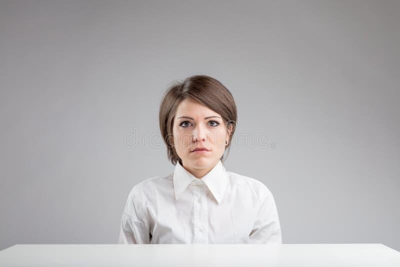 Ernstig uitdrukkingsloos vrouwenportret stock foto