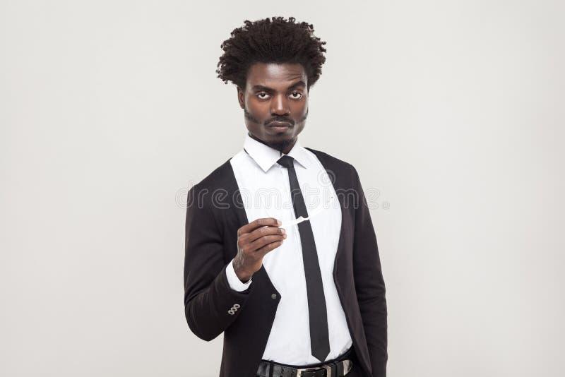 Ernstig wacht de afrozakenman die camera bekijken en royalty-vrije stock fotografie