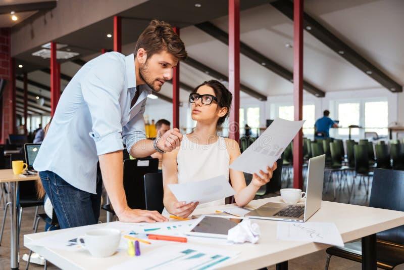 Ernstig zakenlui die businessplan in bureau bespreken stock afbeeldingen