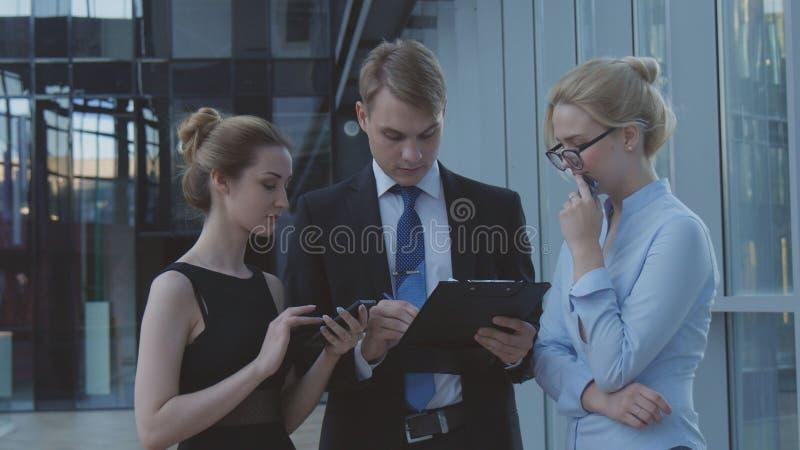 Ernstige arbeiders die bedrijfskwesties bespreken royalty-vrije stock afbeelding