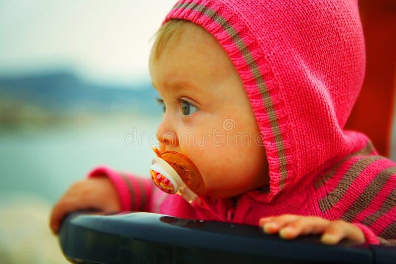 Ernstige Baby die van 6 maanden de afstand onderzoekt royalty-vrije stock foto