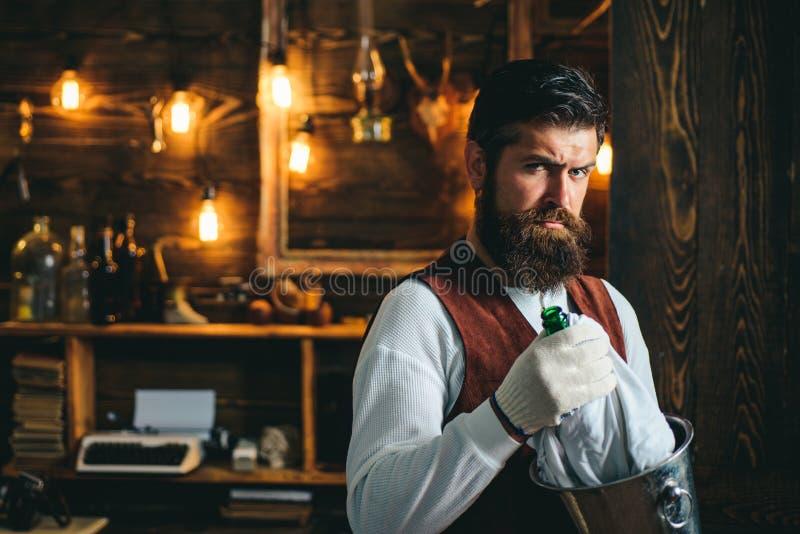 Ernstige barman Restaurantmedewerkers Gedekte hipster draagt een wasjas Pub retro vintage interior Barman met baard Hipster stock foto