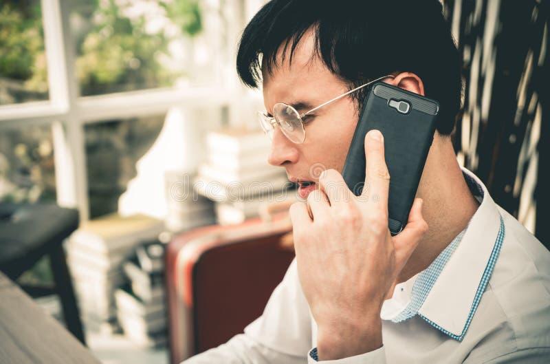Ernstige Bedrijfsmens die vraag op zijn mobiele telefoon maken stock foto's