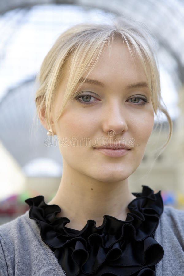 Ernstige blonde vrouw royalty-vrije stock foto