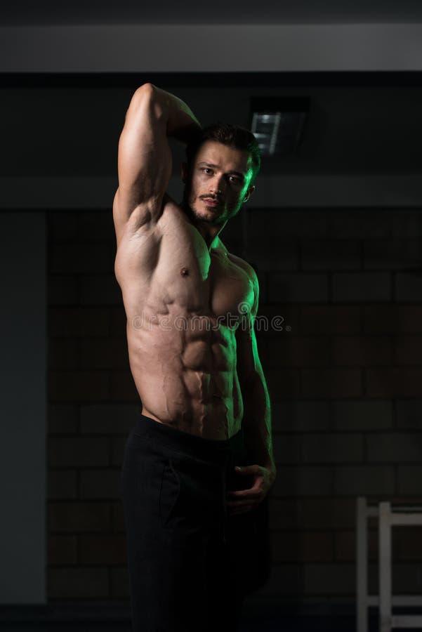 Ernstige Bodybuilder die zich in de Gymnastiek bevinden royalty-vrije stock fotografie