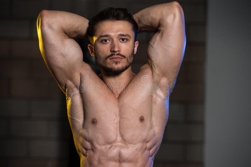 Ernstige Bodybuilder die zich in de Gymnastiek bevinden royalty-vrije stock afbeelding