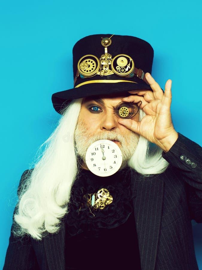 Ernstige gebaarde mens of horlogemaker stock foto's