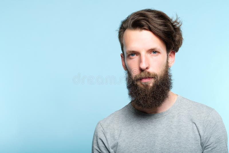 Ernstige gebaarde mensen toevallige hipster het programmeur royalty-vrije stock foto's