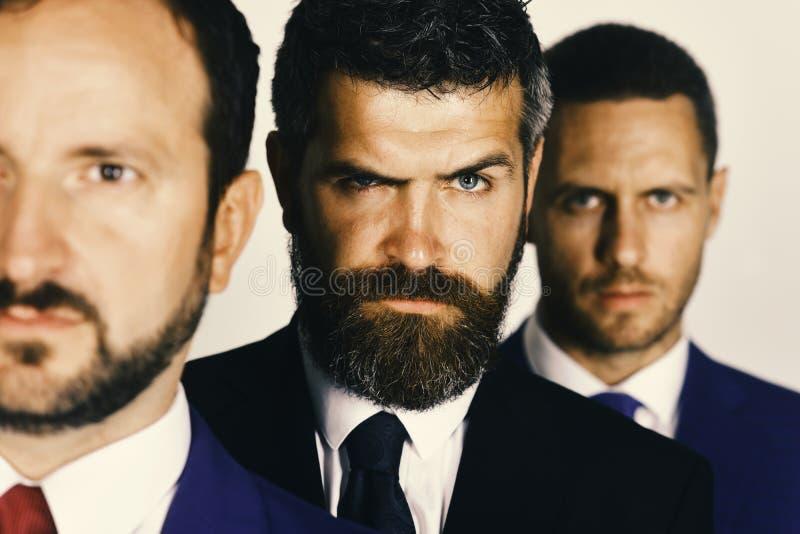 Ernstige gezichten Conflict en bedrijfsconcept De zakenlieden dragen slimme kostuums royalty-vrije stock foto's